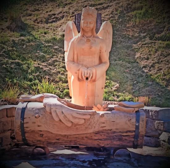Engel, Brunnen, Wasser, Grand, Wassergrand, Tannenholz, Bildhauer, Mönichkirchen, Wildbiene,
